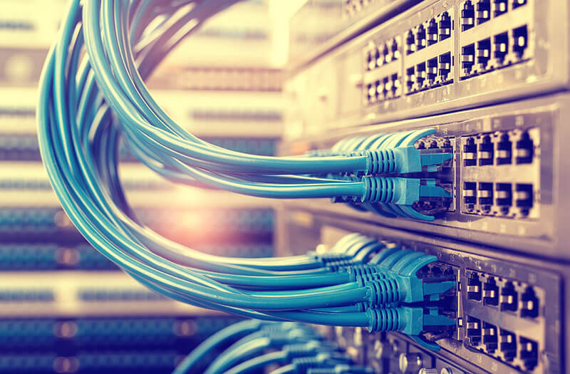 Internet kabels ingeplugd in de centrale